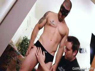 Muscled and tattooed hunk gets cock