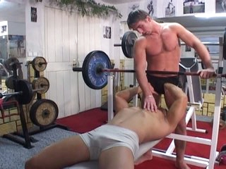 Gym working-out turns come into possession of sizzling hot gay bareback working-out
